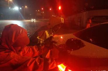 狂风暴雨中青岛交警一级勤务上路