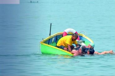 78歲老太游泳時突遇險 眾人合力救上岸
