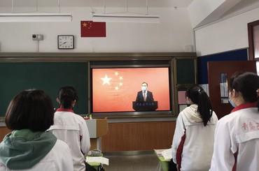 青岛高三学子迎复课后首个升旗仪式